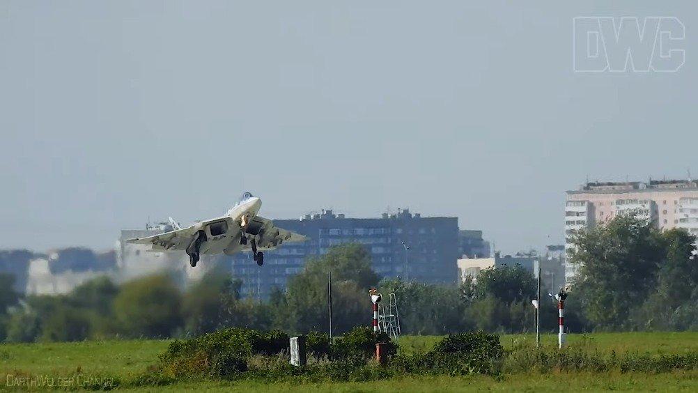 苏-57演示短距离降落,在接地前七八米高度就打开减速伞,剧烈减速
