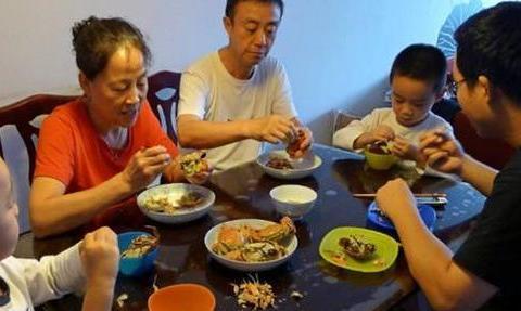 """避免孩子心情压抑,对吃饭产生阴影,父母应避免""""饭桌上的教育"""""""