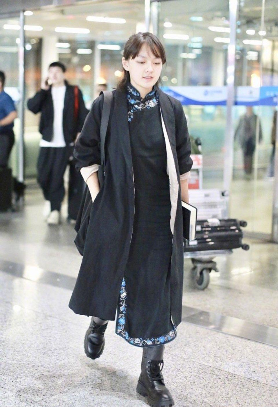 文淇 × 机场造型  文淇身穿黑色绣花边旗袍搭配复古开衫现身机场