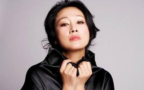 57岁王姬现身活动,黑色蕾丝修身礼服尽显好身材,魅力不减当年