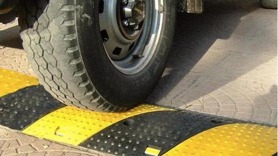 过减速带踩刹车会伤车,那我们过减速带时应该怎么操作才对?