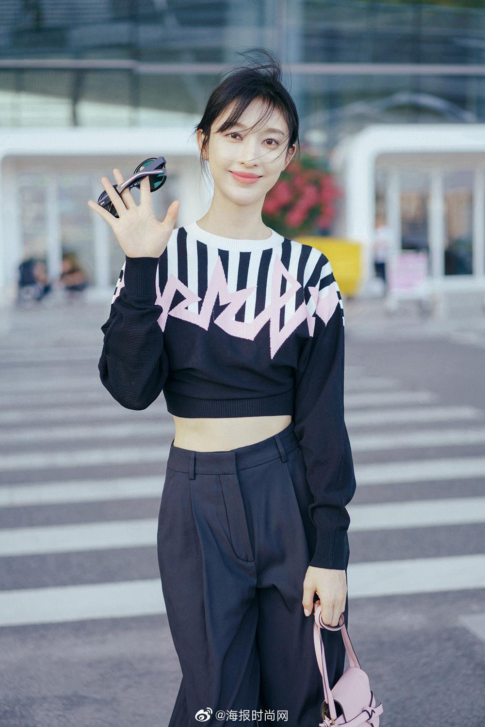 @张俪 机场新照大玩反季风潮,短款卫衣搭配宽松西裤