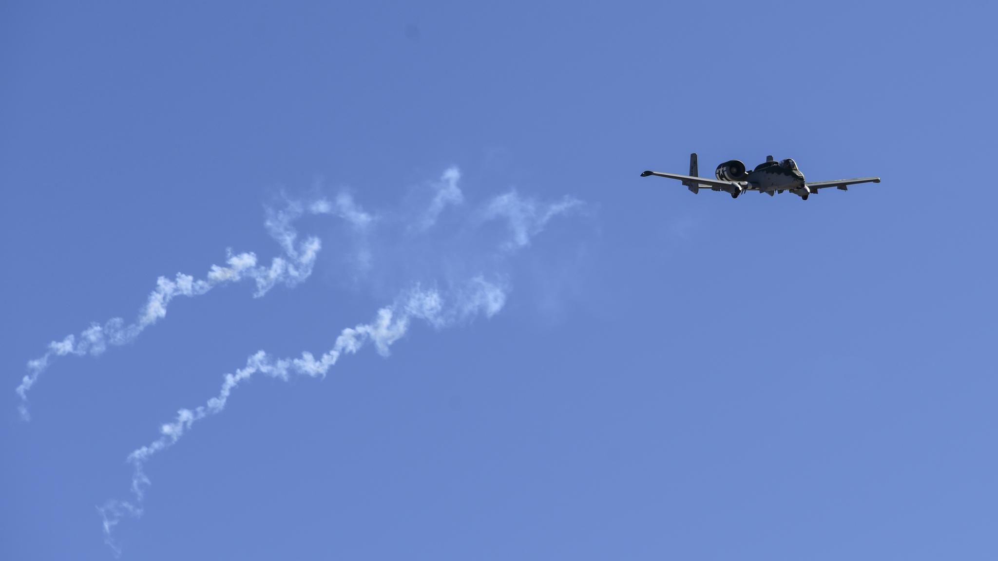 原来A-10也有飞行表演队