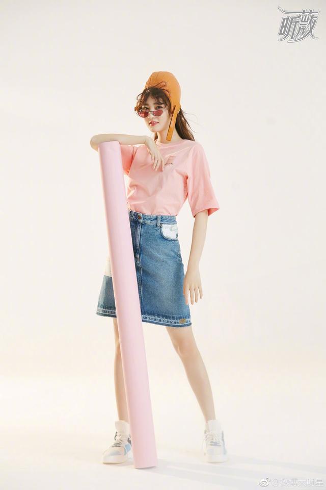 徐璐早前杂志写真,蜜桃妆容、搭上她澄澈的大眼睛,樱花般甜美!