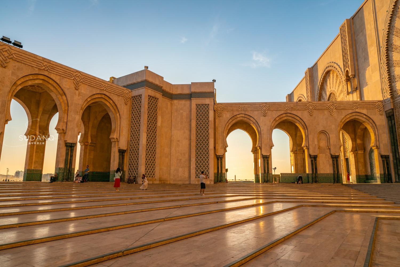 西方人认为,摩洛哥的建筑风格是西班牙—摩尔式的