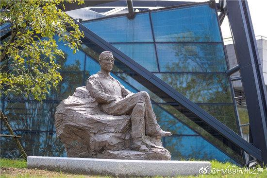 浙江美术馆的西广场 多了一座潘天寿铜像