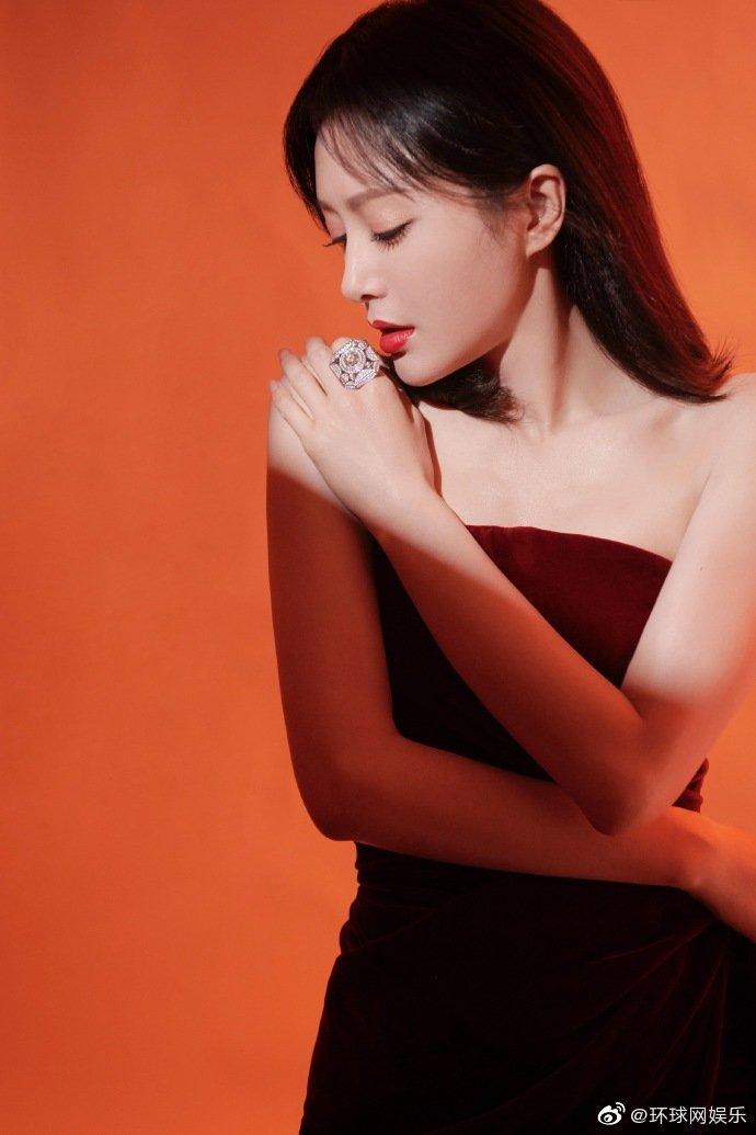 秦岚穿酒红丝绒裙拍写真 香肩美背尽显