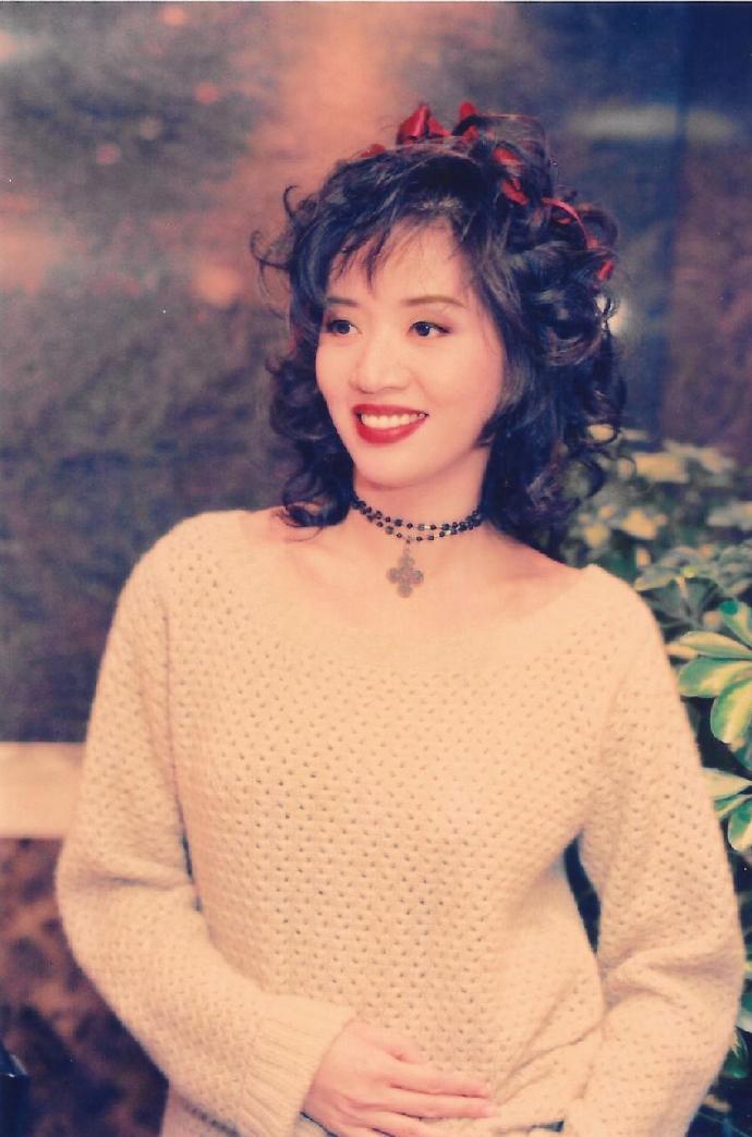 别样风华的梅艳芳,1982年的今天正式出道了。图片来源:@老照片bot