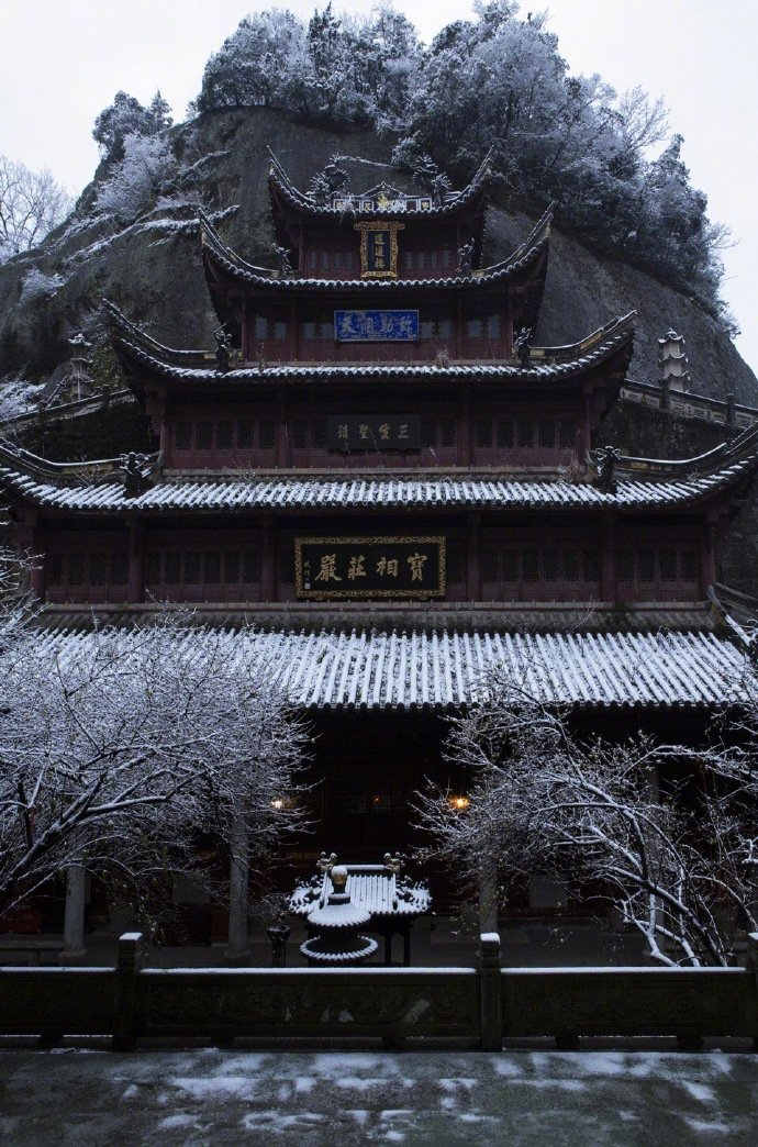 寒入山中寺,今晨雪意逢。