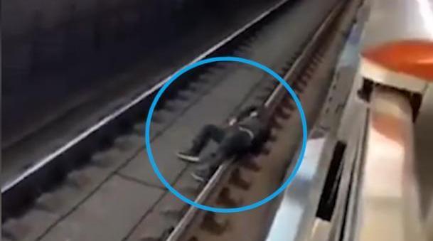 上海被拘10日:幸好列车员急刹车停住,影响正常运营5分钟