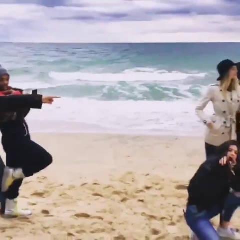 "Taylor Swift之前和Martha Hunt等好友在海边玩假人挑战""发疯""的视"