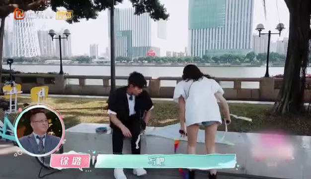 第二季中 @张铭恩_ 和@徐璐 LULU 在风筝上写字