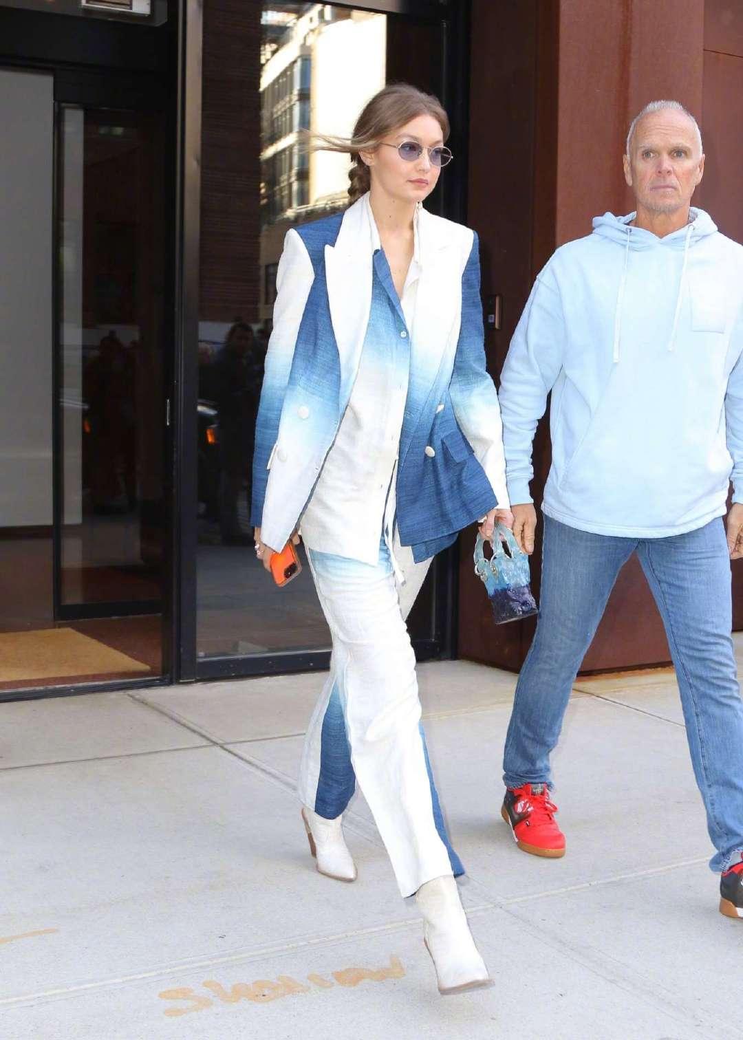 当地时间10月19日,Gigi Hadid身穿Oscar de la Renta扎染套装