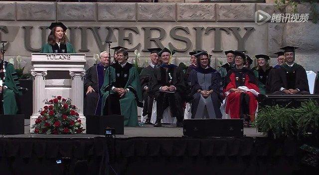 喜剧明星玛娅·鲁道夫在杜兰大学的毕业演讲