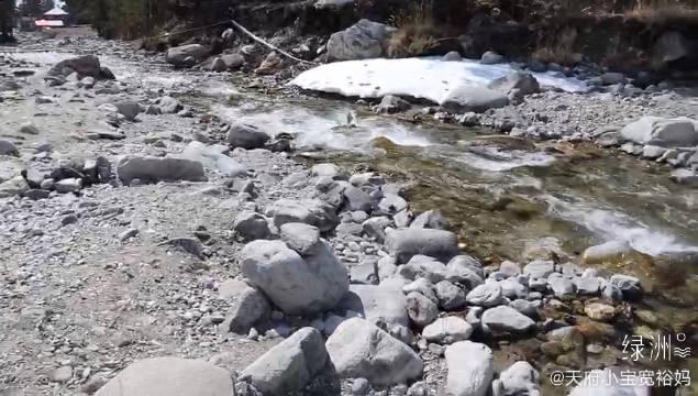 新疆和田玉的籽料就是在这条河里冲刷了千年 现在几乎没有了