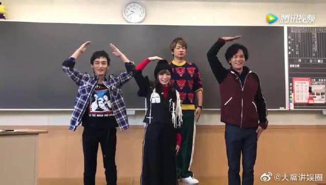 彭薇薇跟原SMAP成员 稻垣吾郎、草剪刚、香取慎吾一起跳PONPONPON舞