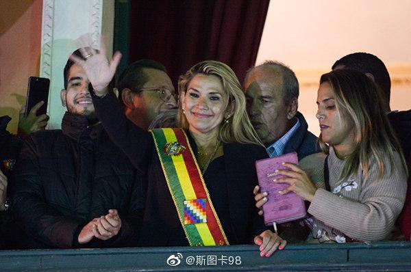 11月12日玻利维亚反对派议员、参议院第二副议长珍尼娜·阿涅斯自封为
