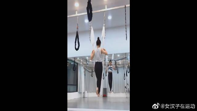 空中瑜伽,吊带上连续翻转的美女,缠绕有技巧。