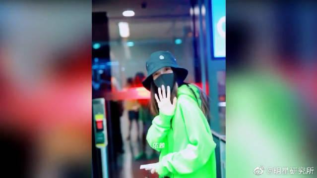 Baby全素颜穿荧光绿卫衣美回20岁,谈到黄晓明她反应很真实!