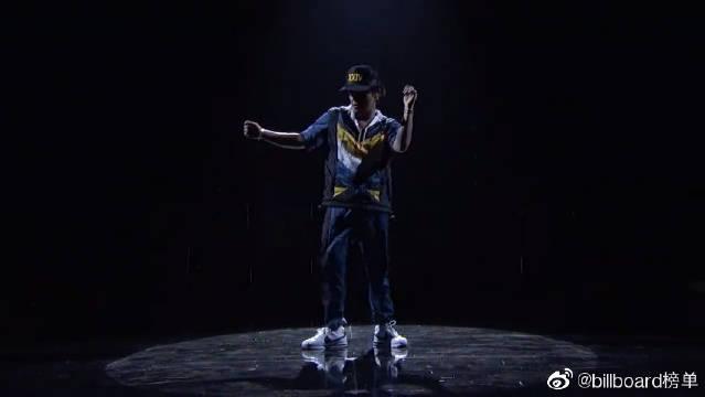 Bruno Mars《24K Magic》,骚起来的火星哥简直2米8
