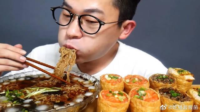凉快的荞麦面和大王油豆腐寿司,小伙大口吃的超满足