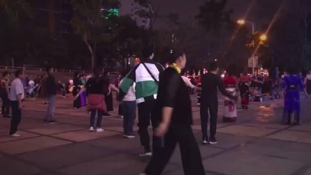 今天的快乐源泉!张艺兴广场舞舞魂燃烧,疯狂踩点也不能忘