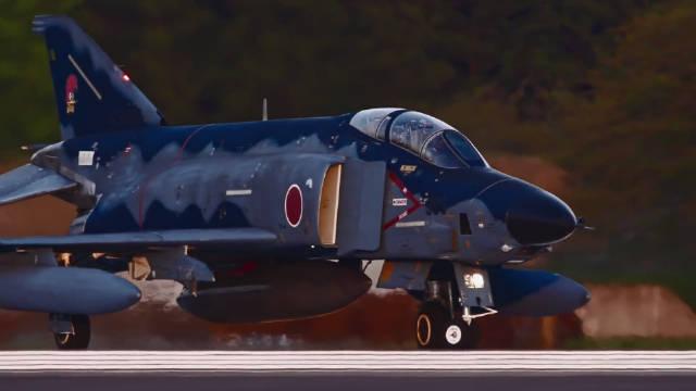 """""""耳""""""""目""""一新:舒缓的背景音乐搭配上F-4战机的午后时光!"""