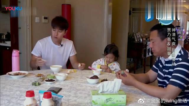 甜馨吃早饭自己动手,还帮爷爷剥鸡蛋,乃爸一脸欣慰。