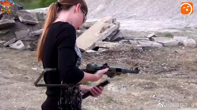 女射手测试瑞典KM45冲锋枪,压枪稳火力猛,真叫人佩服
