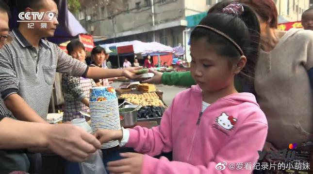 梅花糕是很多芜湖人,童年记忆的美食,因模具有五个花瓣而得名