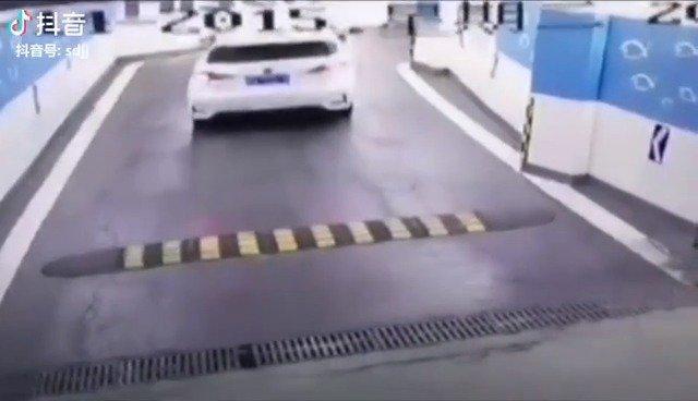这车不好挪出来了,借助外力来了一个漂移横向入位