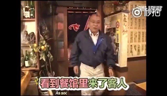 日本每天帮忙操持家里的餐馆小猴,工作从不偷懒,桌子擦的锃亮