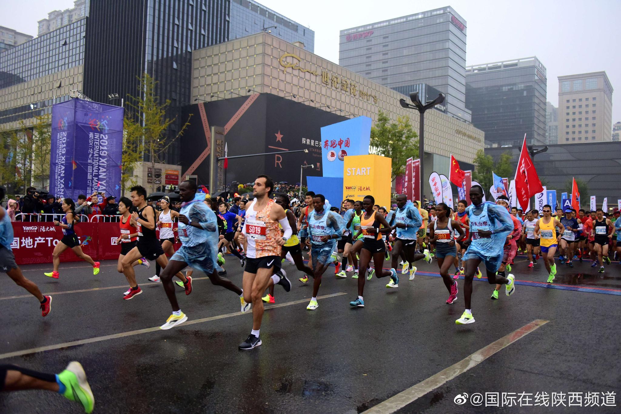西马大雨中开跑,副省长都来跑马拉松了,吴向东夺国内冠军