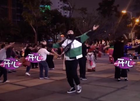 张艺兴街头大跳广场舞 疯狂踩点毫无违和感