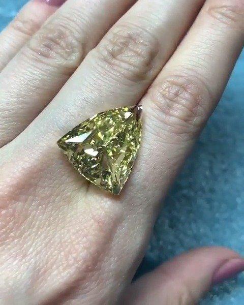 战斗民族的 Alrosa 钻石公司的17.76克拉浓彩黄钻,非常规切割
