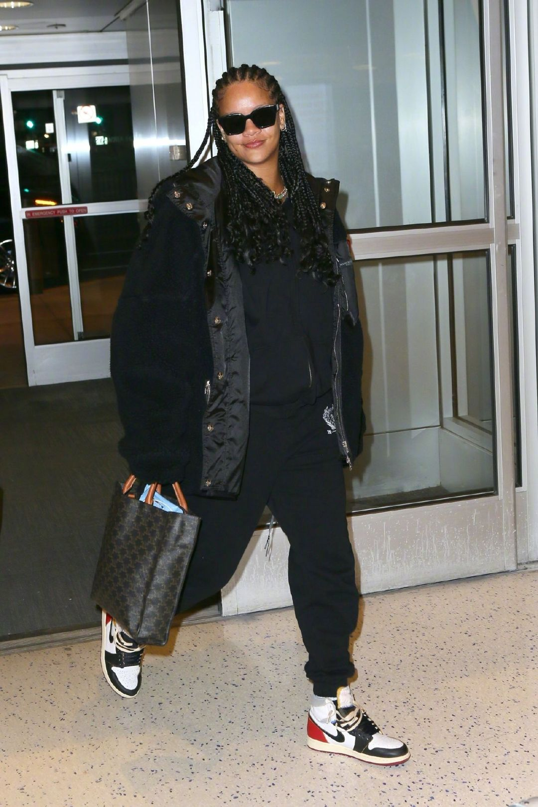 蕾哈娜抵达纽约肯尼迪国际机场被拍