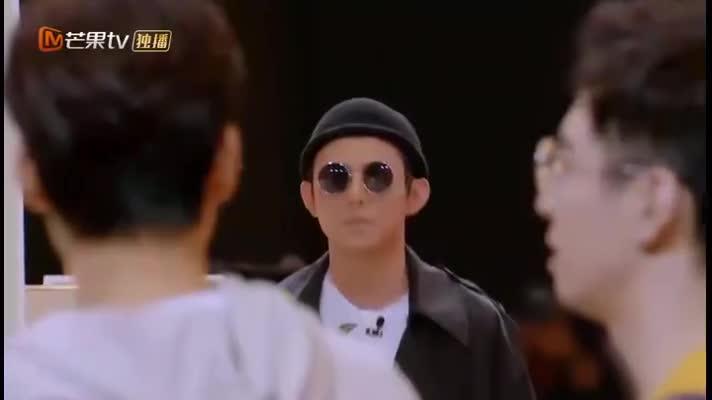 何老师冷酷形象致敬经典电影,魏大勋:破案了凶手就是他!