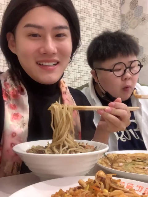 下班了跟赵老师出来吃炸酱面傲娇的杨貔貅