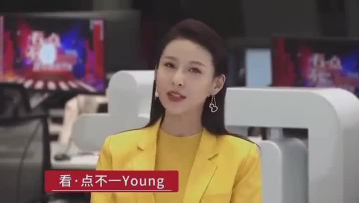 @演员贾青Ting 身着樱草黄套西亮相央视跨年直播活动
