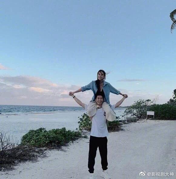 窦骁在社交网站晒出与女友何超莲一起度假的照片,两人一起去看海