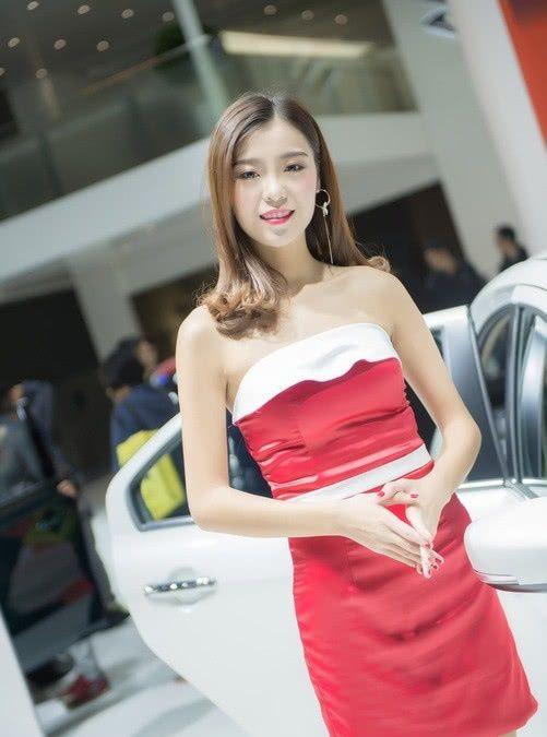 JEEP车模身材真好,青花瓷连衣裙很迷人,长相甜美