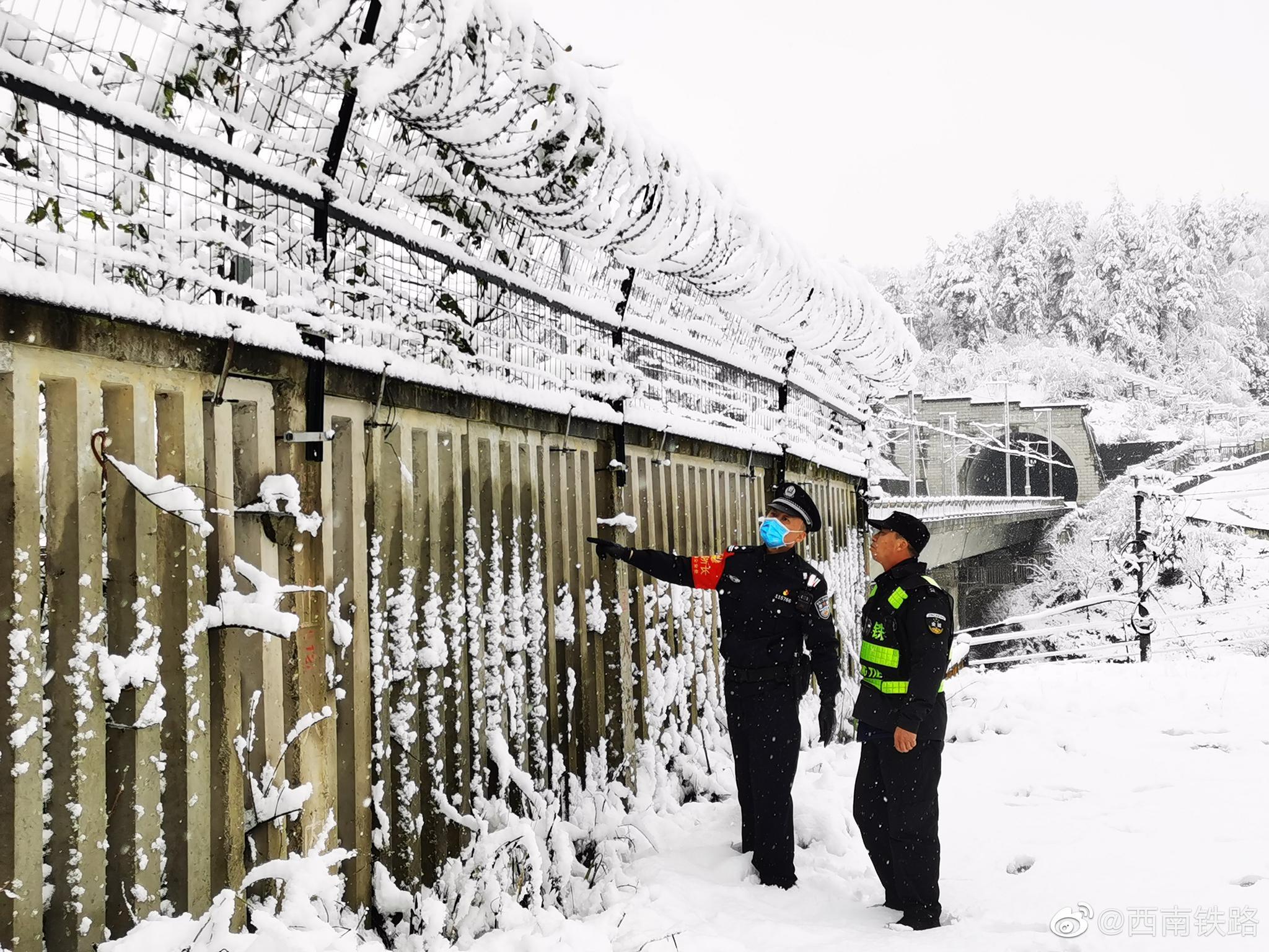 1月25日凌晨,受冷空气和暖湿气流共同影响,贵州多地雪花漫天飞舞