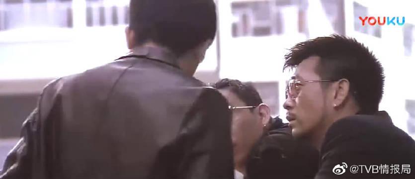 偶遇前女友萧亚轩,梁朝伟上前打招呼的气氛非常尴尬~