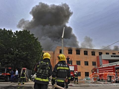 昨日西安城东一库房突发大火 70多名消防员赶赴现场救援
