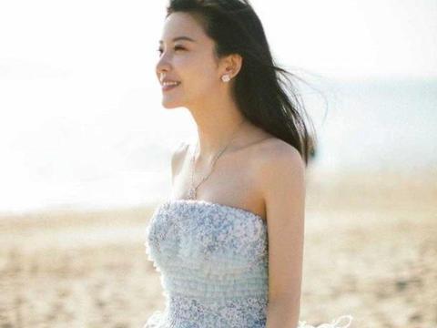 杨子姗气质真像名媛,穿蓝色抹胸礼服海边凹造型,大方、温柔真美