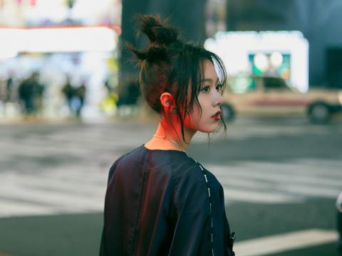 17岁的赵今麦简直太酷,黑色连体裤搭配老爹鞋,朋克造型很惊艳