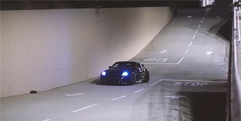 日产350Z被爆改,上车时自带方向盘,但女车主身材才是亮点!