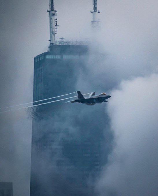 """2019年芝加哥水上航空秀上表演的美国空军F-22单机飞行表演队的F-22"""""""