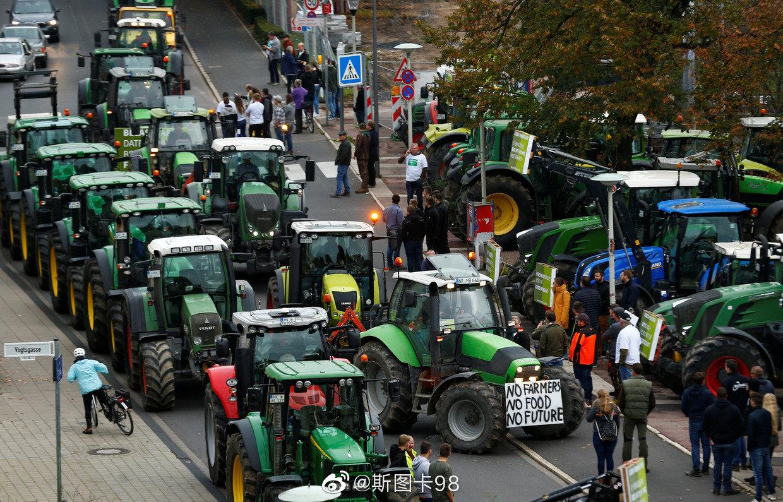 昨日德国农民将农用机械开进柏林、波恩等多个城市街道堵街
