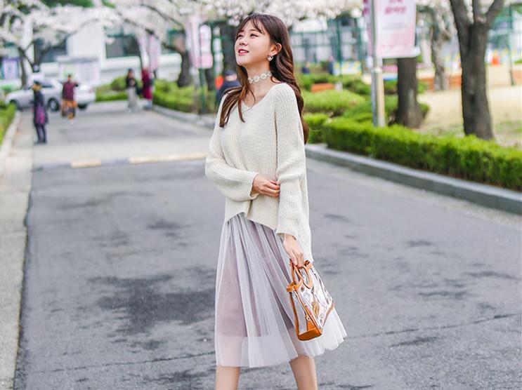 秋冬穿毛衣别总是只搭配裤子,试试裙子搭配毛衣,针织衫与半身裙的配